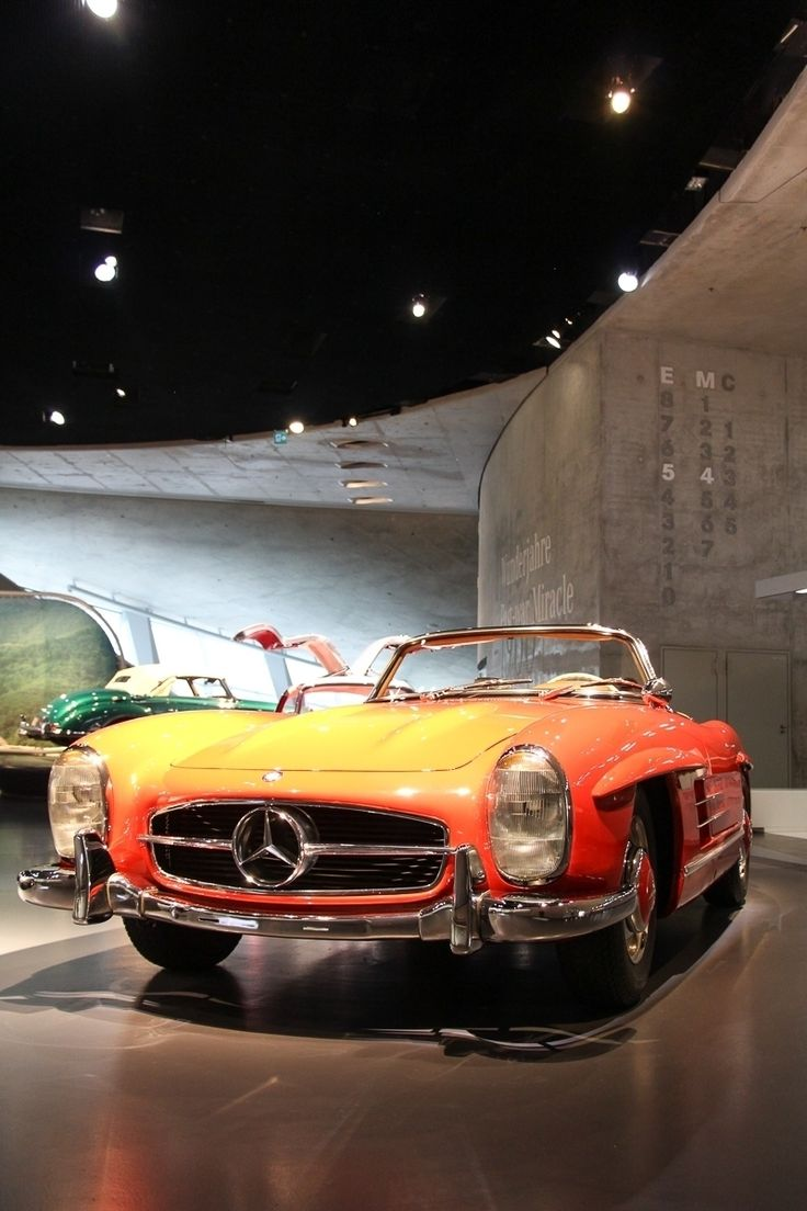 In 1957 the legendary #gullwing was succeeded by the roadster version of the 300 SL! The open sports car came with regular doors. Car Facts? 183 cu in displacement, 6 zylinders, 158 kW output, 155 mph top speed. #Mercedes #Stuttgart #Museum #MBCar Photo by @JensStratmann