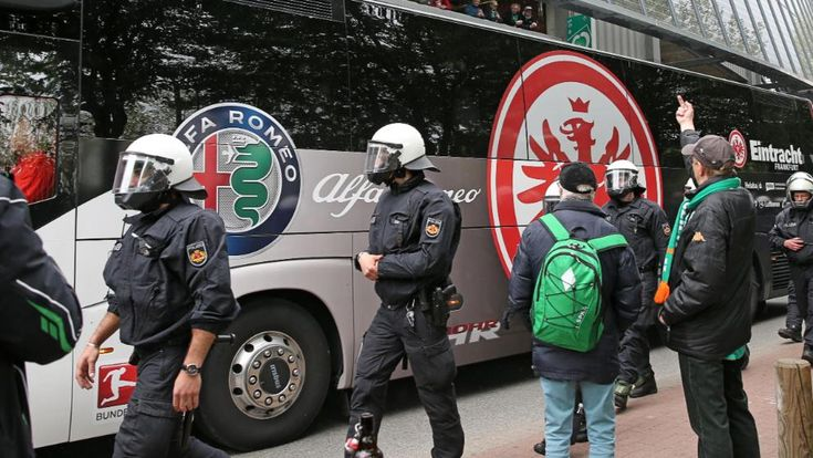 Eintracht Frankfurt zu Gast im Bremer Weserstadion. Polizisten müssen den Bus der Mannschaft beschützen. Wer soll dafür die Kosten tragen? Jetzt hat ein Gericht entschieden