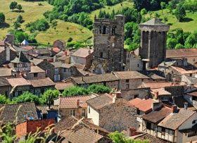 Situé dans la Haute-Loire, Blesle est classé parmi les Plus Beaux Villages de France. Le bourg a un passé médiéval important, qui doit son existence à la construction d'un monastère de femmes au IXe siècle, érigé par la suite en abbaye bénédictine, dont il ne subsiste aujourd'hui que l'église.  Découvrez Blesle en Auvergne :  http://www.auvergne.fr/article/blesle