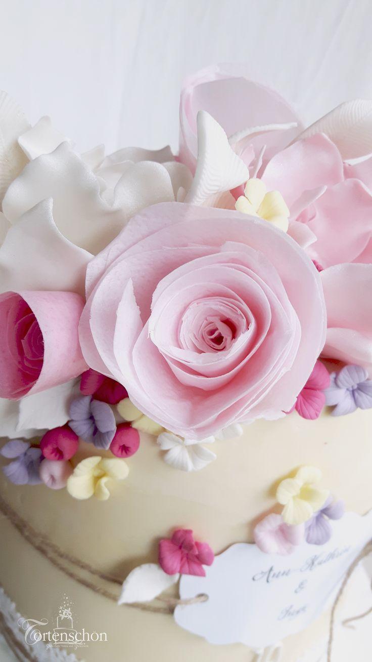 Weddingcake von Tortenschön www.tortenschoen.de Einstöckige Hochzeitstorte umhüllt mit weißer Ganache, verziert mit Spitze, Rosen aus Waferpaper und Blüten aus Fondant...