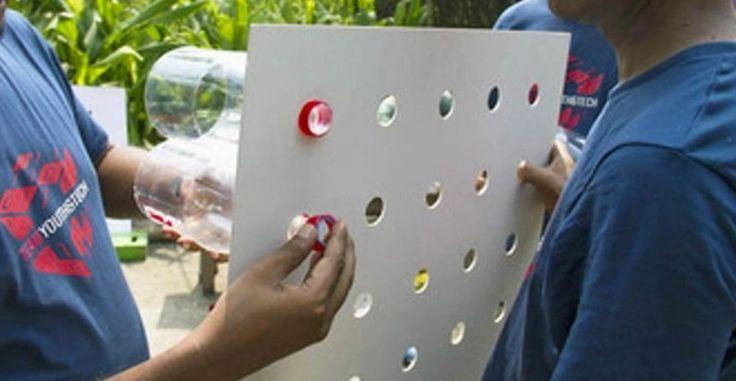 Βιδώνουν πλαστικά μπουκάλια σε ένα χαρτόνι και το ρρεμάνε στο παράθυρο. Tο αποτέλεσμα