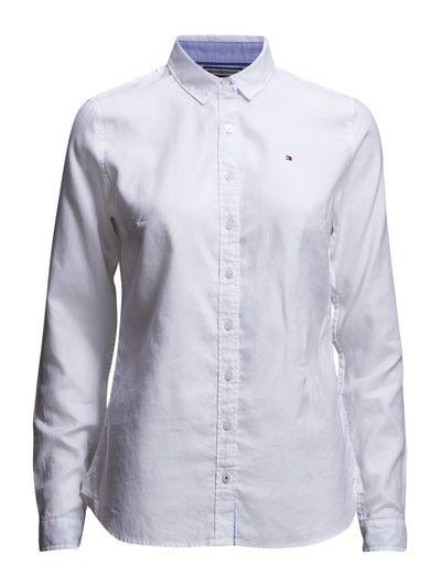 Hvid skjorte. For eksempel i stil med denne fra Tommy Hilfiger.