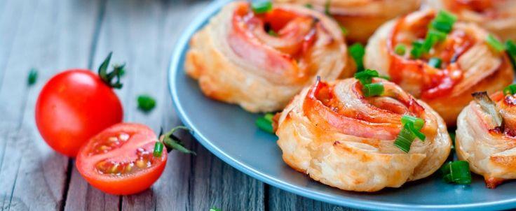 Triangoli salati di sfoglia, ripieni di salsa ai funghi rosolati con cipolla, panna, brandy e aggiunta di parmigiano.