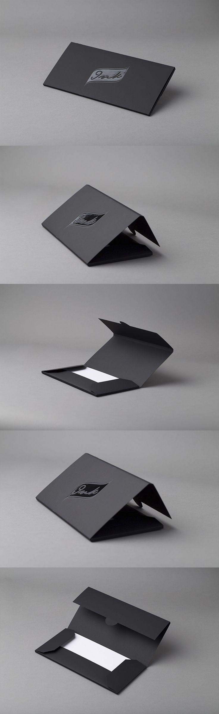 INK konvolutt emballasje. Curious Skin papir med spottlakk på logo. #emballasje