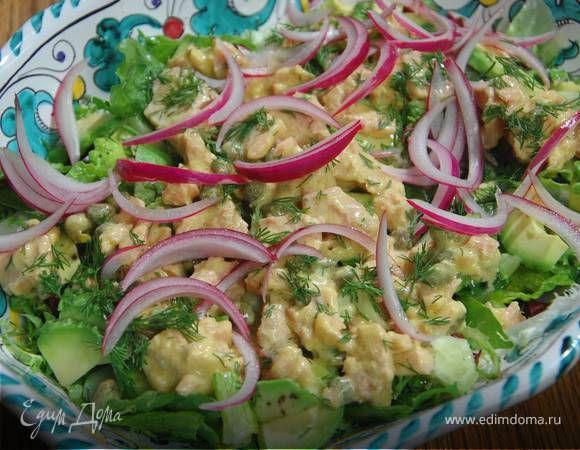 Салат с тунцом и авокадо. Ингредиенты: тунец консервированный, салатный микс, авокадо
