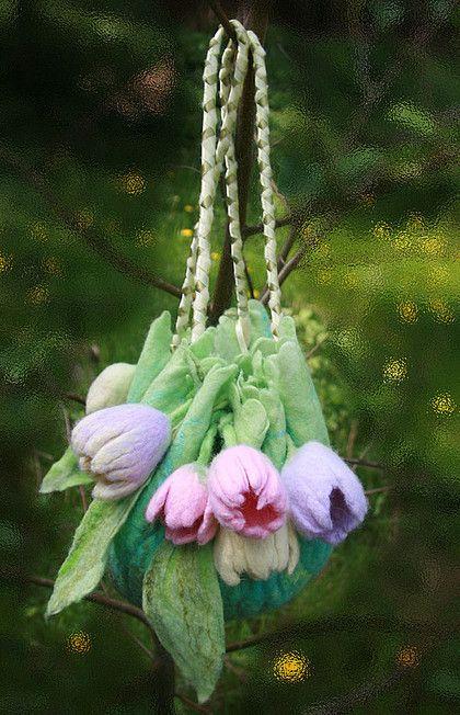 ранние тюльпаны. сумочка из шерсти с 9 тюльпанами разнообразной нежной расцветки.расшита перламутровыми раковинами. уплотнённое дно. магнитная кнопка. сделаю на заказ с вашими пожеланиями по цветовой гамме.В стоимость входит подклад…