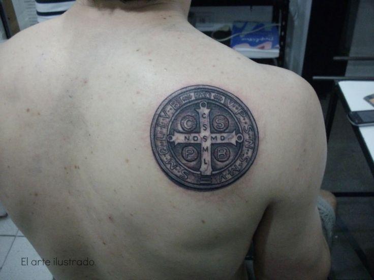 Tatuaje de san benito en la espalda | tatuajes | Pinterest