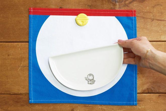 四次元ポケット皿×1、鈴箸置き×1、おなかランチョンマット×1  並べるとドラえもんが完成!