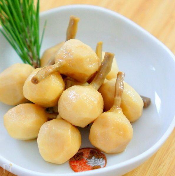 おせち料理のくわいの煮物です。淡白なくわいを一度油で揚げ ストウブ鍋で煮ます。 コクが出て美味しいくわい料理になります。