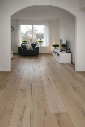 Eiken - Tudor HM Naturale - Deze Eiken vloer is met een NATURALE finish behandeld waardoor het lijkt of de vloer niet afgewerkt is. Een vloer met een natuurlijke look.