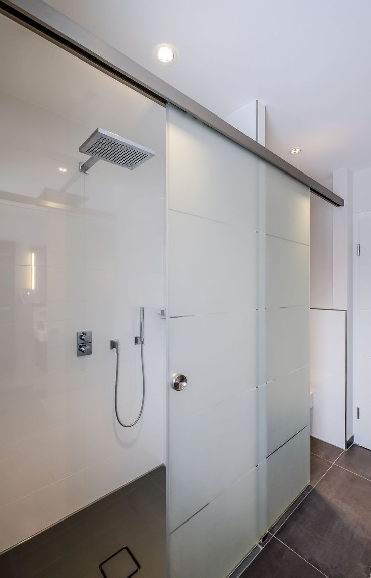 Die bodengleiche Dusche befindet sich hinter einer