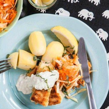 Hemgjorda fiskpinnar med currydipp och råkostsallad - Recept - Tasteline.com
