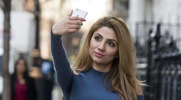 O autoare de blog britanica, care face circa 50 de selfie-uri pe zi, apreciaza ca acest obicei i-a provocat aparitia unor riduri fine si mici pete pe fata
