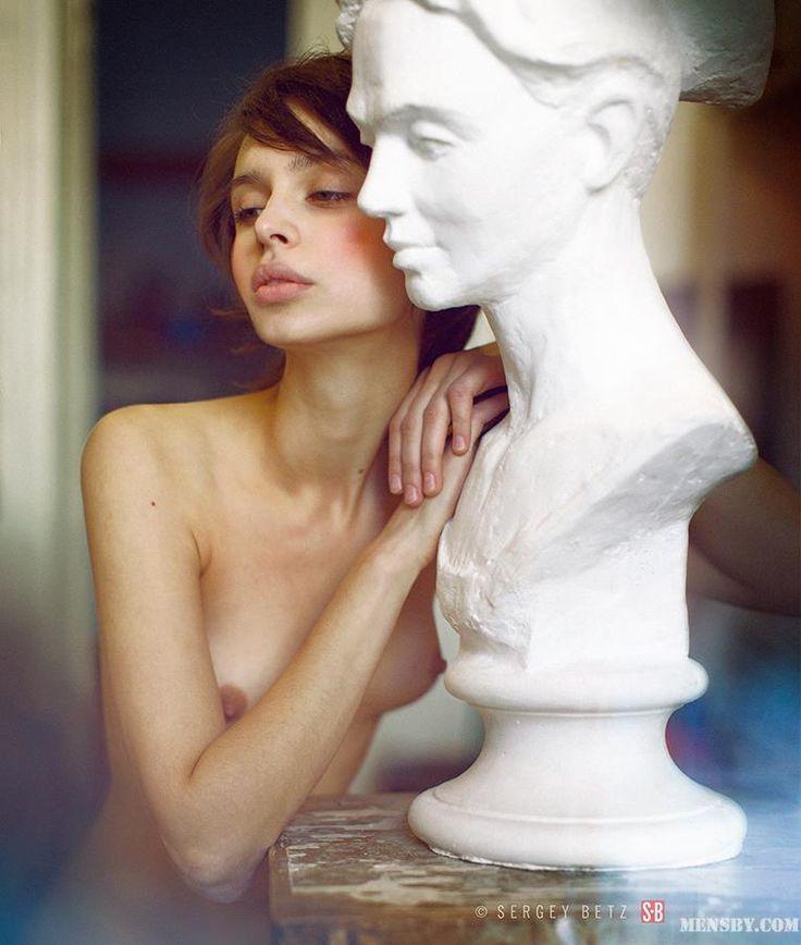 """""""Многие женщины делают эту ошибку: не установив отношений с собой, ищут мужчину, с которым можно было бы завязать отношения. Так они мечутся от одного мужчины к другому, пытаясь найти в них то, чего недостает им самим. Этот поиск нужно начать с себя. Не освоив науку любви и доверия к себе, невозможно ни почувствовать любовь и доверие к мужчине, ни завоевать его любовь и доверие.  Никто и никогда не сможет удовлетворить нас своей любовью, если мы сами себя не любим. Когда, терзаясь от…"""