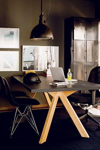 """O designer Paulo Antonio de Azeredo escolheu o preto para decorar seu apartamento. Mais do que um truque para disfarçar imperfeições, a cor tem razão de ser: """"Gosto do estilo industrial"""". Além das paredes, mesa, cadeira e armário metálico são escuros"""
