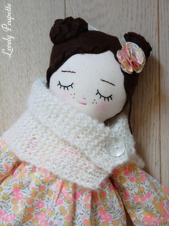 Shipping in 1-2 business days. *** Shipping for France in colissimo 2 days *. ♥ ♥ ♥ Miss FLORA is a soft doll 41 cm to cuddle and to dress up. She is wearing a winter outfit: -English liberty Wiltshire Lemon Curd blouse -a white cowl hand knit wool alpaca and silk -Leggings with pink