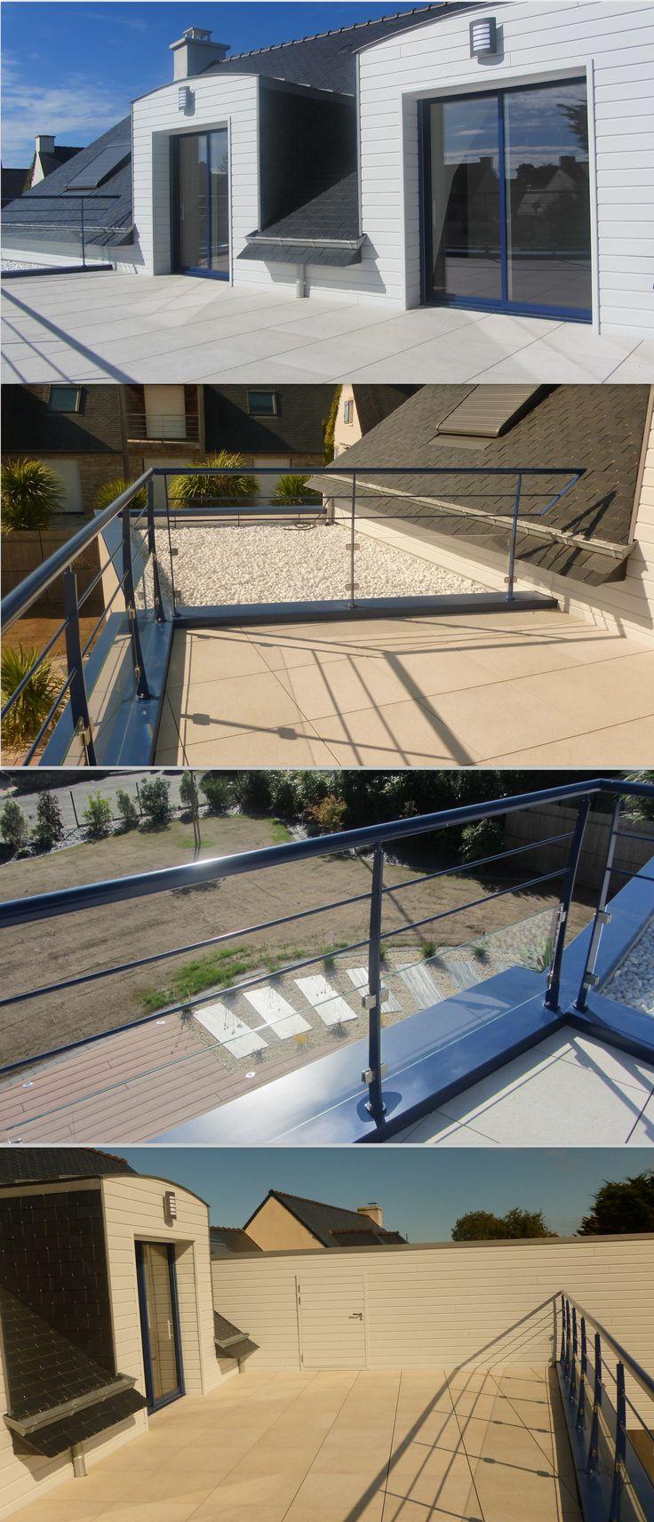 Mélange savant de pierre, bois et garde corps aluminium pour cette terrasse. #terrasse #constructeur #maison #architete #morbihan
