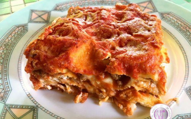 Ricetta lasagne alla napoletana Questo primo piatto è delizioso, saporito e peccaminoso poiché in esso è concentrato praticamente un pranzo completo e per tale ragione da consumare con moderazione. Pasta all'uovo, mozzarella, salam #ricette #lasagne #napoli