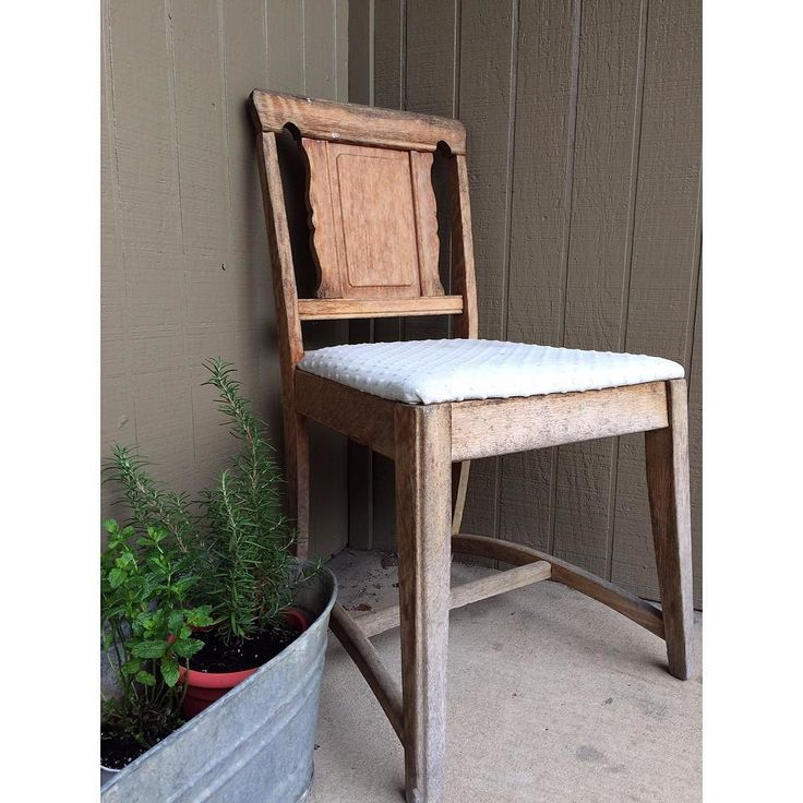 The finds you find on the road. Nothing wrong with the chair except it needs some TLC. #repurpose #repurposed #art #cottage #crafts #modern #urban #wood #woodwork #woodworking #streetfinds #sawdust #diy #hgtv #chalkpaint #pintrest #vintage #fixerupper #homedecor #homedecoration #interiordesign #furniture #midcenturymodern #midcentury de richterfinishings