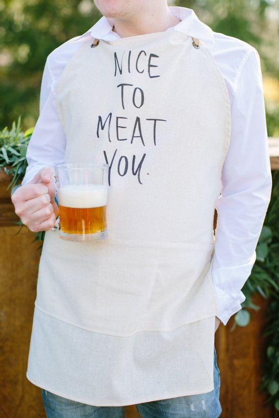 He encontrado este interesante anuncio de Etsy en https://www.etsy.com/es/listing/233492314/apron-nice-to-meat-you-present-grilling