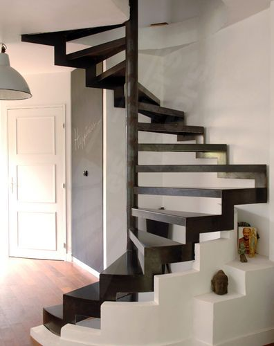 Escalier en colimaçon carré (structure et marches métalliques) - Option marches Nanoacoustic® pour un escalier acier silencieux possible sur demande- Photo DH57 Escaliers Décors® (www.ed-ei.fr)