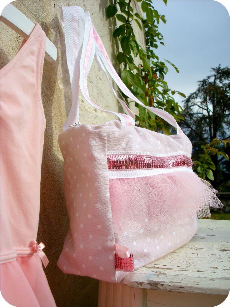 """Comme promis voici toutes les explications pour réaliser à votre tour un sac """"tutu""""  pour les cours de danse des petites princesses ! (o..."""