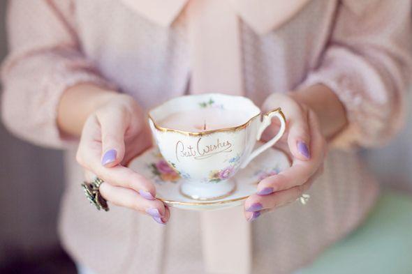 Hoe schattig en romantisch zijn deze kaarsjes? Leuk voor op je dressoir of om als cadeau te geven. En het beste is nog: je kunt het gemakkelijk zelf maken. Als jij voor de benodigdheden zorgt, hebben wij de stappen hier voor je!  BENODIGDHEDEN: • Vintage theekopjes • Kaarsenwas (je kunt ook een kaars die …