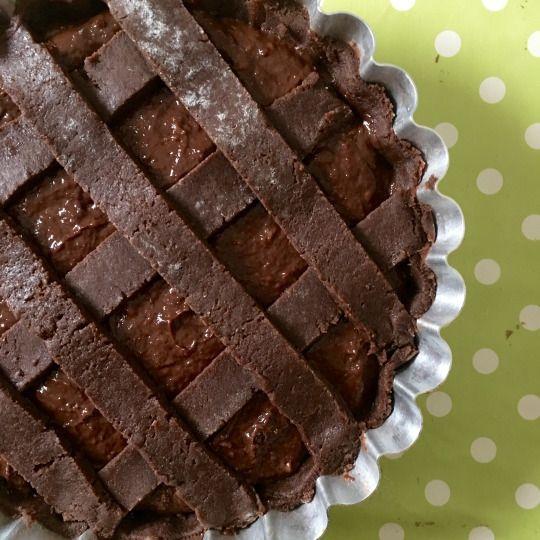 Crostata al cioccolato, con frolla la cacao e crema, una ricetta rivisitata del re del cioccolato; maître chocolatier Ernst Knam.