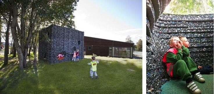 """ssd """"Çocuklar için Mağara"""" Trondheim'daki Breidablikk Anaokulu'na giden çocuklar için harika bir başlangıç noktası. 50 metreküp hacme sahip strüktür, oldukça düşük bir bütçeyle inşa edilmiş. Yapımında 1,5 ton atık madde kulanılmış. Bu atık maddelerin güvenilir olmasına dikkat edilmiş. Oyun alanının tasarımcıları Norveçli Haugen/Zohar Arkitekter'in yöneticileri çocuklar için tasarım yapmanın çok keyifli bir şey ve ayrıca onların harika birer müşteri olduğunu söylüyor."""