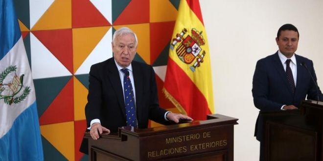 España insiste en los beneficios de la integración para Centroamérica El ministro español de Asuntos Exteriores en funciones, José Manuel García-Margallo (i) habla junto al ministro de Relaciones Exteriores de Guatemala, Raúl Morales (d),  en la residencia del embajador de España en Guatemala. EFE