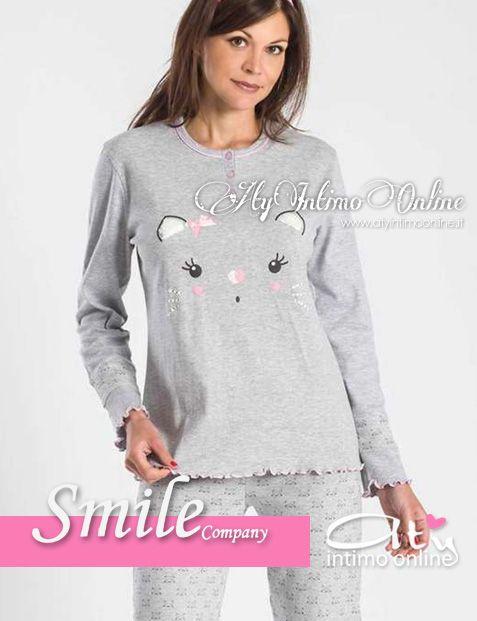 Per la categoria pigiami donna ecco Smile.  Simpaticissimi e buffi occhietti con nasino ed orecchiette! é il pigiama Gattini della collezione Smile Company 2014/2015 Autunno Inverno. In morbiddismo e caldo cotone interlock ci terrà caldo durante le sere d'autunno nelle varianti grigio ed azzurro.  #pigiamidonna #pigiami #gattini  http://www.atyintimoonline.it/129-pigiami-donna