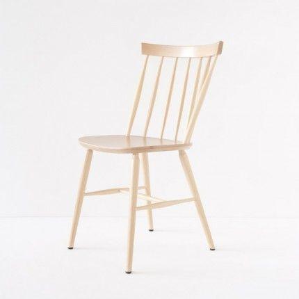 """D'origine britannique, ce style de chaise """"Windsor"""" a massivement essaimé aux Etats-unis  (c'est LA chaise de cuisine des séries américaines), pour faire ensuite le bonheur du design scandinave des années 50. Ici la version naturel verni."""