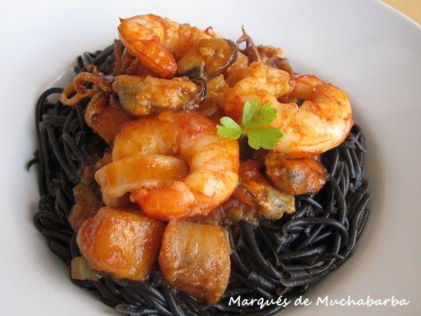 Los espaguetis a la marinera tienen un montón de variantes, desde el tipo de espagueti, aquí los hemos elegido negros pero igual los pod...
