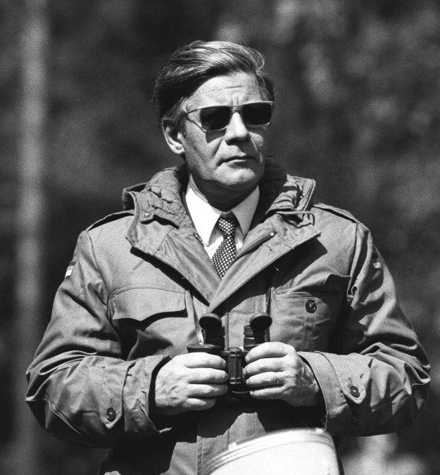 Als er aussah wie ein Geheimagent. | 19 Fotos, für die Du Helmut Schmidt für immer cool finden wirst