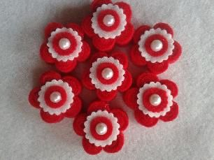 Брошка цвете от филц, има закопчалка, размер 5 см в диаметър.