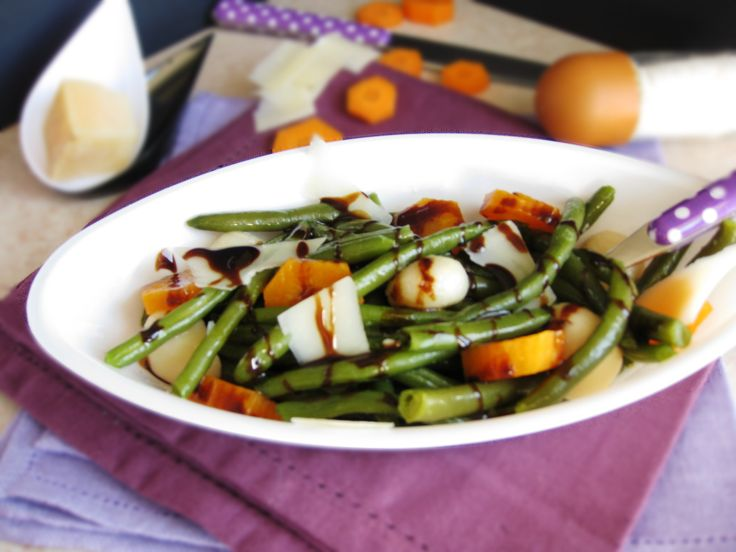 Insalata di fagiolini e carote con aceto balsamico e scaglie di grana