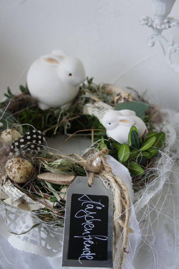 Ein wundervoll natürlicher-romantischer Tischkranz..... Auf einem mit Moos und Allerlei umbundenen Kranz finden sich zwei Hasen, die gerne Ringelreihe tanzen und sich an den Eiern erfreuen.......