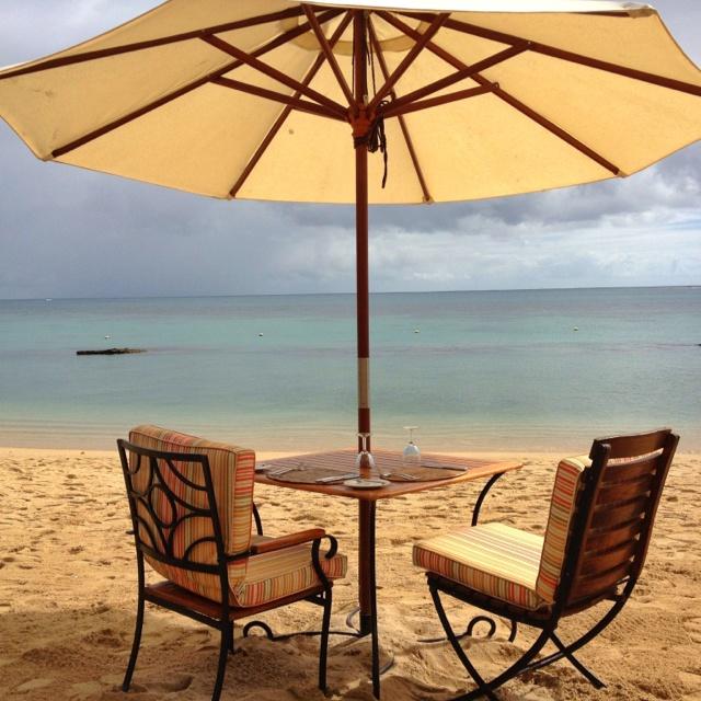 Das Strandrestaurant La Maree befindet sich nicht nur am Strand sondern auf dem Strand - tolle Idee des Maritim Mauritius. http://www.beauty24.de/Wellness-Angebote-Mauritius-Maritim-Hotel-Mauritius-Details.html