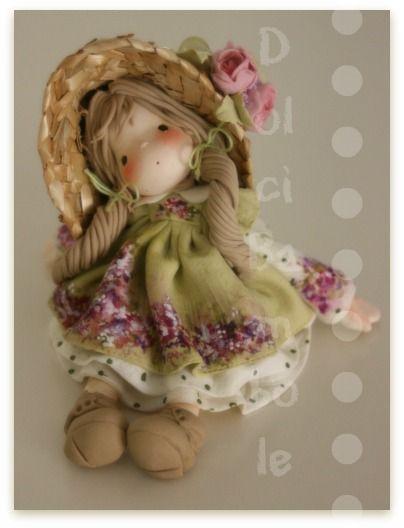 Le mie bambole hanno sempre avuto l'aria un pò sognante,   lo so,   ma questa mi sembra che le batta tutte.               NON DISPONIB...