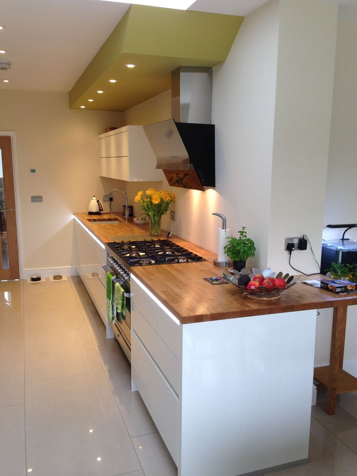 Great combination of natural oak worktops and gloss white door (Capri)