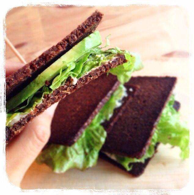 【ベジ・アボカドサンド】  レタスとアボカドを プンパニッケル(ドイツパン) でサンドイッチにしてみました。 今日のランチです(*^_^*)  プンパニッケルは ライ麦パンなんですが、 材料がすごくシンプルな上に ものすごく日持ちするのが特徴。  で、スライスがすごく薄いの(笑) 成城石井やカルディに売ってます♡  ベジ・サンドなので 市販のマヨネーズは使いません。  そのかわり、  ・生のカシューナッツ ・水 ・レモン汁 ・塩 ・ガーリックパウダー ・ハーブ  をミキサーでまわした カシューナッツのマヨネーズ (カシューマヨ)を使います。  クリーミーでコクもあって 美味しいですよ(^_−) - 33件のもぐもぐ - ベジ・アボカドサンド by 愛されてキレイになるローフード