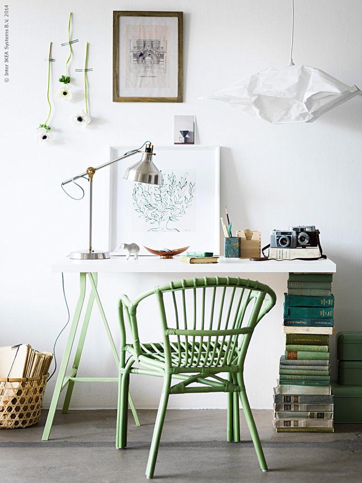 Låt den spirande vårgrönskan utomhus sprida sig även inomhus. Det gröna kontoret känns inspirerande och kreativt året om! Här har vi byggt ett lite annorlunda skrivbord av gamla böcker och en grönmålad LINNMON benbock.