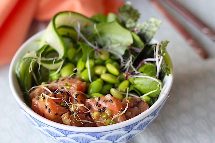 Poké bowl met blokjes gemarineerde zalm, avocado en komkommer // Francesca Kookt