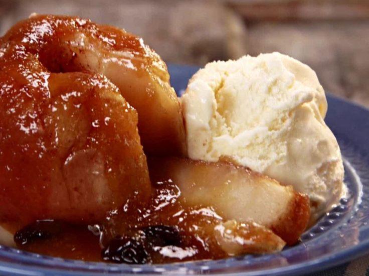Μήλα ψητά στο Φούρνο Υλικά: 8 μήλα 1 φλ. ζάχαρη 1/2 φλ. καρύδια τριμμένα 1 κ.σ. κανέλα 1 κ.σ. σταφίδες Λίγη καστανή ζάχαρη Εκτέλεση: Τρυπάμε τα μήλα στο κέ