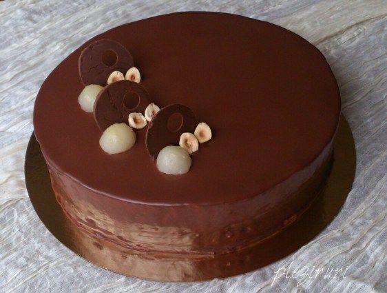 Tort cu ciocolata, pere si pralina de alune