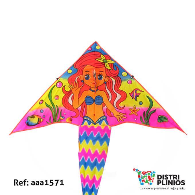 Divertida cometa con el dibujo de una sirena con cola de aletas de sirena, ideal para la temporada de agosto. Medidas Alto 55 cms Largo: 110 cms cola 78 cms de larga. Los precios de nuestro sitio web son al por mayor, el costo de los productos se incrementa en compras por unidad, cualquier inquietud comuníquese al 320 3083208 o al 3423674 o visítenos en la Calle 12 B # 8a – 03 Centro, Bogotá, Colombia.