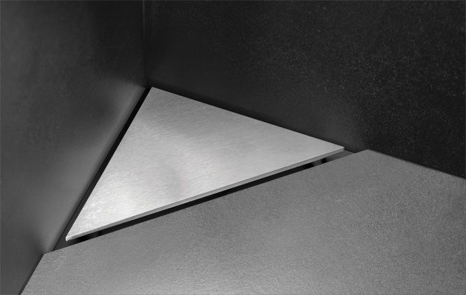Corner floor drain in solid stainless steel as a simple and discreet solution for bathrooms with limited space. unidrain®: HighLine