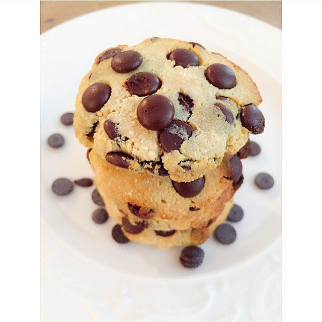Healthy chocolate chip cookies 🍪 🔸1 cup coconut flour 🔸1 tbs syrup 🔸1 cup greek yoghurt 🔸1 cup vanilla protein powder 🔸1 cup cocolate chip 🔸1 tbs coconut butter 🔸1 tbs almond milk Recept på svenska 🇸🇪 🔸1 dl kokosmjöl 🔸1 msk sirap/honung 🔸1 dl grekisk yoghurt 🔸1 dl vanilj protein pulver 🔸1 dl choklad nibs 🔸1 msk kokosolja/smör 🔸1 msk mandelmjölk Grädda i ugnen på 175 C i ca 15 min