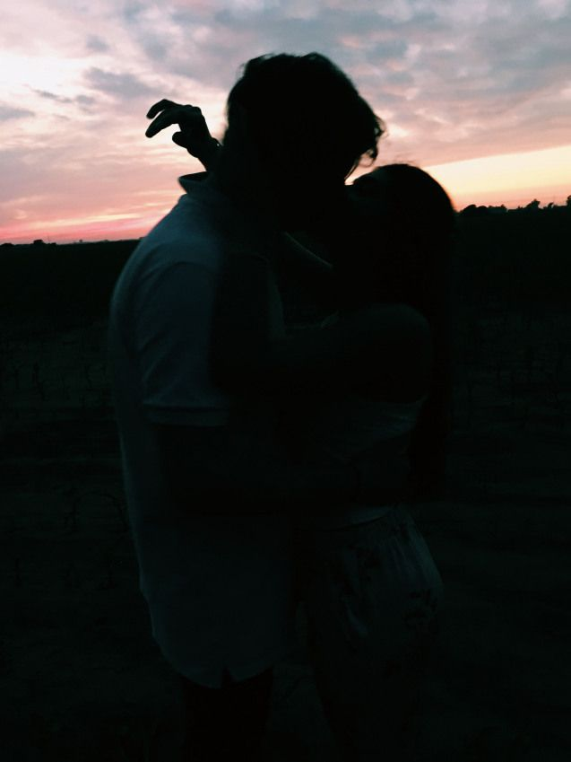 Девушка с парнем без лица в обнимку
