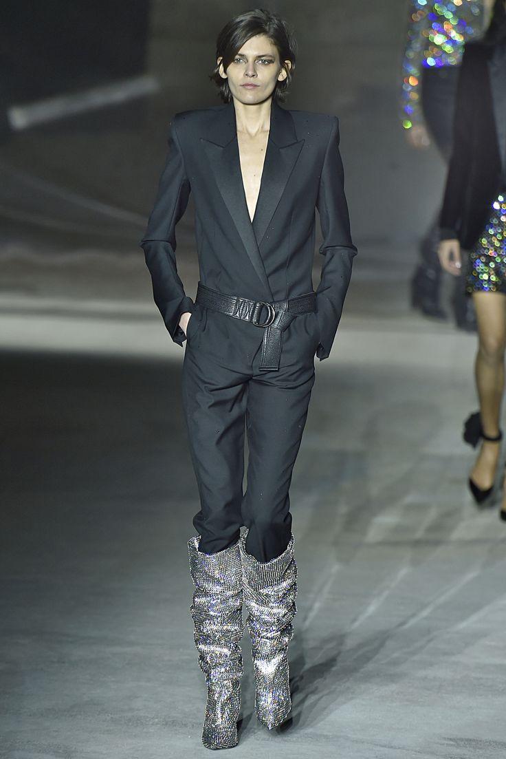 """PFW - As botas são as queridinhas do inverno, e na semana de moda de Paris, a versão """"enrugada"""" ganhou destaque em diversos desfiles. Aposte em tecidos maleáveis e com texturas ou brilhos.  A Adina traz: Camurça, Suede e Veludo Cristal.  Imagem: Saint Laurent"""